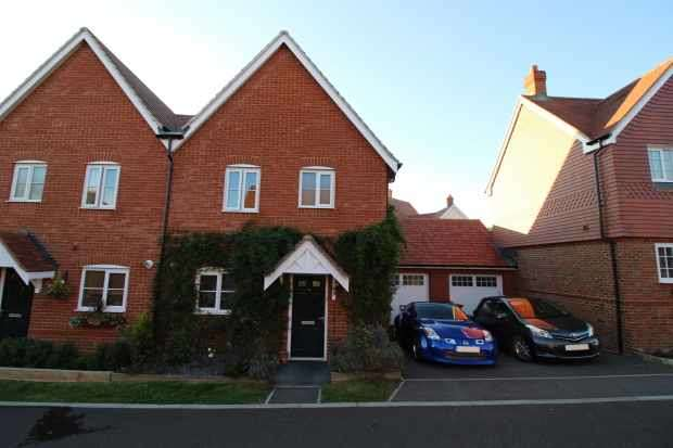 3 Bedrooms Semi Detached House for sale in Bloomery Way, Uckfield, Sussex, TN22 2DP