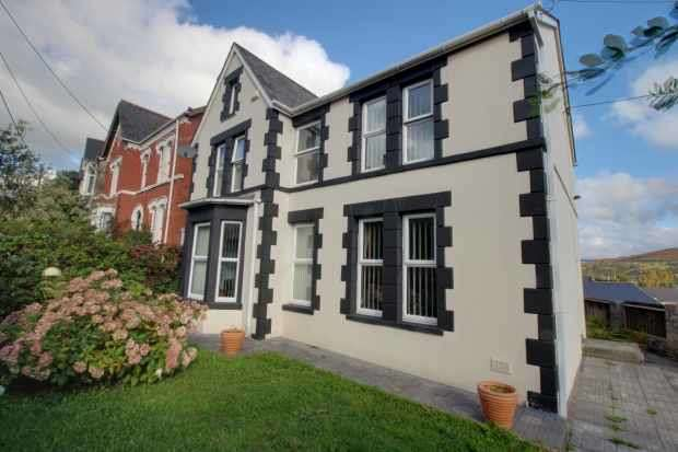4 Bedrooms Detached House for sale in Neath Road, Maesteg, Mid Glamorgan, CF34 9EE