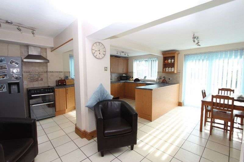 4 Bedrooms Detached House for sale in Walsall Road, Walsall