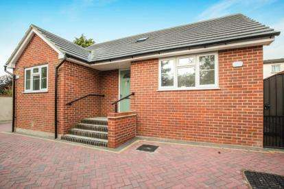 2 Bedrooms Bungalow for sale in Bramingham Road, Luton, Bedfordshire, Leagrave