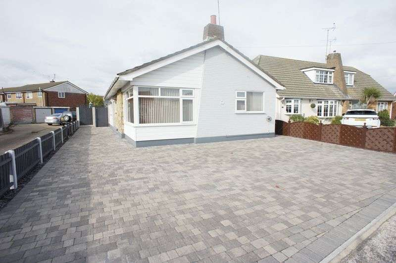 3 Bedrooms Detached Bungalow for sale in Meadway, Canvey Island