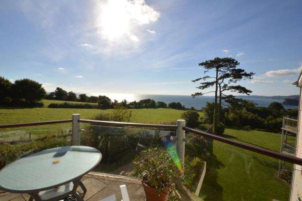 2 Bedrooms Flat for sale in Eastcliffe House, First Drive, Teignmouth, Devon