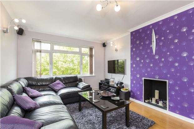 2 Bedrooms Maisonette Flat for sale in Morton Road, MORDEN, Surrey, SM4 6EF