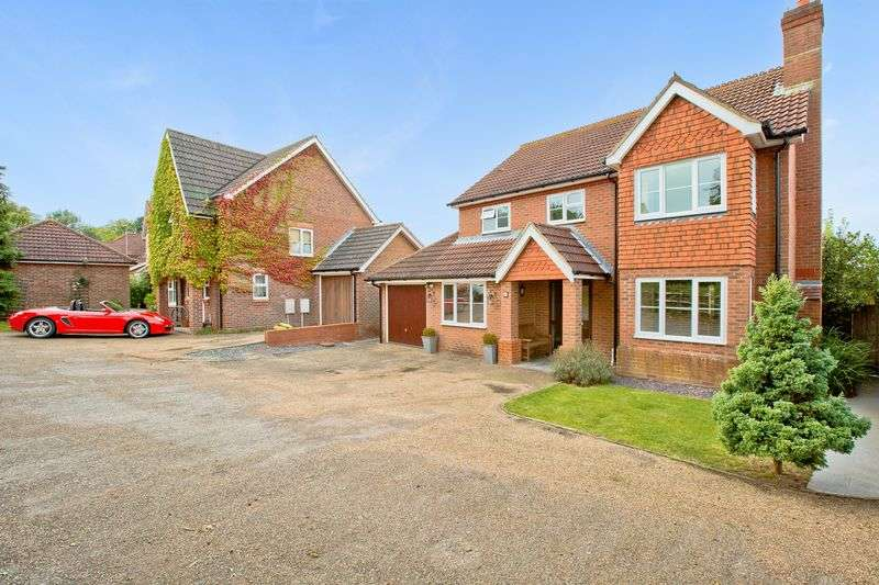 4 Bedrooms Detached House for sale in Fox Close, Burgess Hill