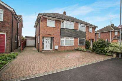 3 Bedrooms Semi Detached House for sale in Holmbrook Avenue, Luton, Bedfordshire