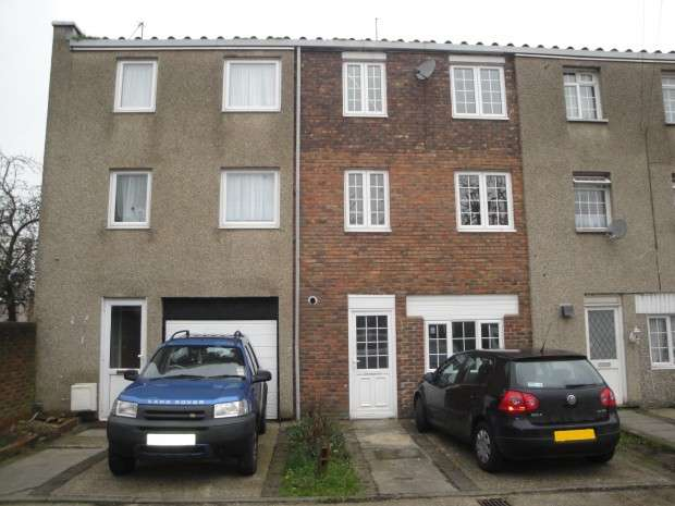 4 Bedrooms Terraced House for rent in Chatteris Avenue, Harold Hill, Romford, RM3