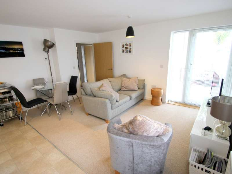2 Bedrooms Flat for sale in Wain Close, Penarth, The Vale Of Glamorgan. CF64 1TJ
