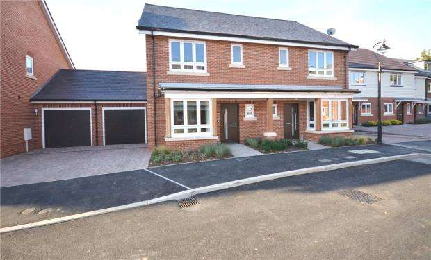 3 Bedrooms Semi Detached House for sale in Teaseltun, Fleet, Hampshire