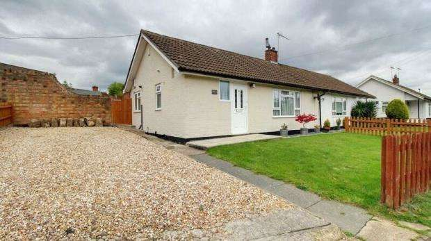 2 Bedrooms Semi Detached Bungalow for sale in Deepfield Road, Bracknell, Berkshire
