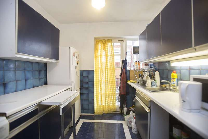 2 Bedrooms Flat for sale in Clementina Road, London, London, E10