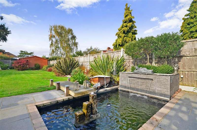 4 Bedrooms Detached House for sale in Lambourne Gardens, Hornchurch, Essex