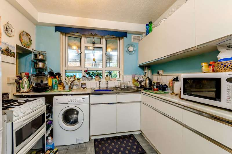 2 Bedrooms Flat for sale in Denmark Gardens, Carshalton, SM5