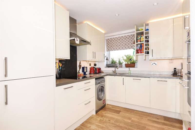 2 Bedrooms Apartment Flat for sale in Dormans Close, Northwood, Middlesex, HA6