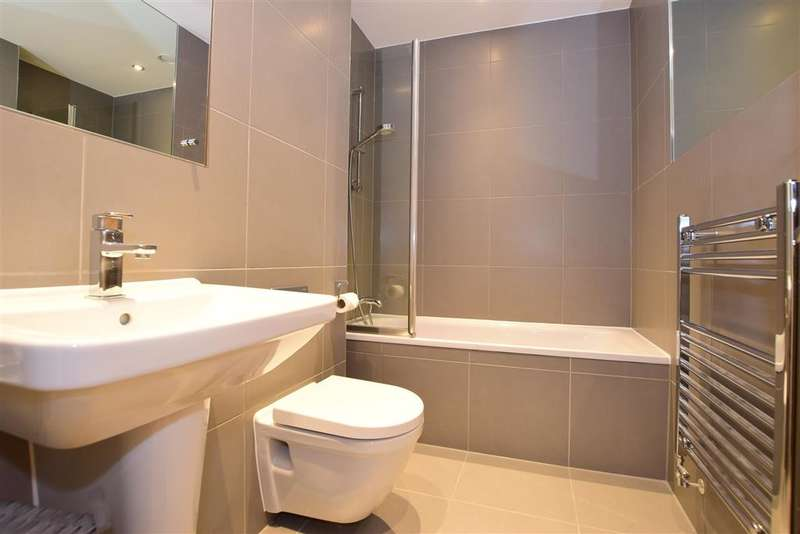 3 Bedrooms Detached House for sale in Berry Drive, Holborough Lakes, Kent