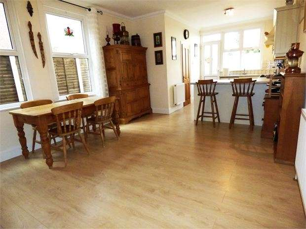 4 Bedrooms Terraced House for sale in Glendale Gardens, Leigh on sea, SS9 2BG