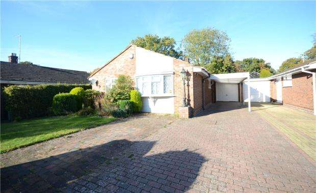 3 Bedrooms Detached Bungalow for sale in Ambleside Close, Mytchett, Camberley