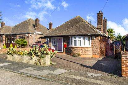 3 Bedrooms Bungalow for sale in Grays, Essex, .