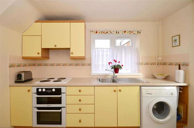 2 Bedrooms Semi Detached House for sale in Reynolds Close, Tonbridge, Kent