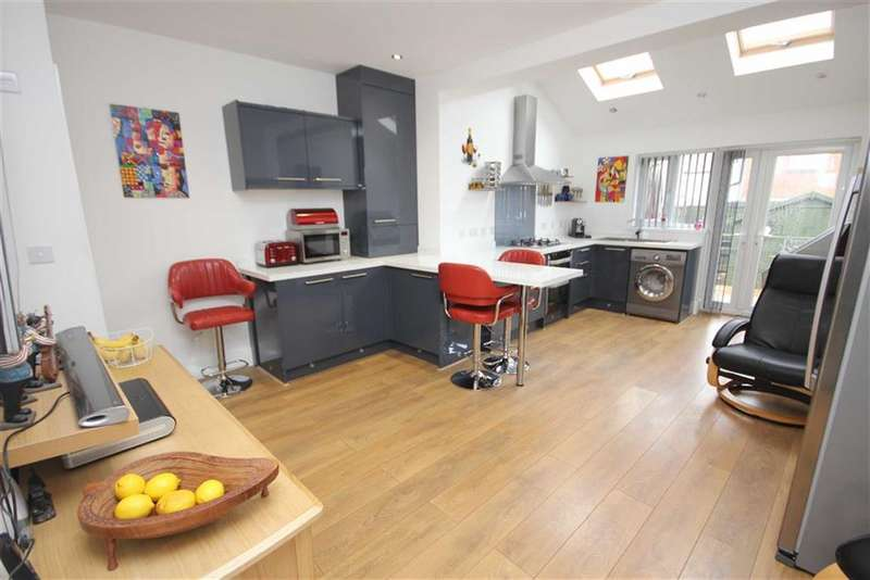 3 Bedrooms Property for sale in Fir Street, Bury