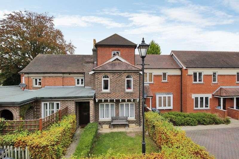 2 Bedrooms Maisonette Flat for sale in St. Francis Gardens, Copthorne, West Sussex