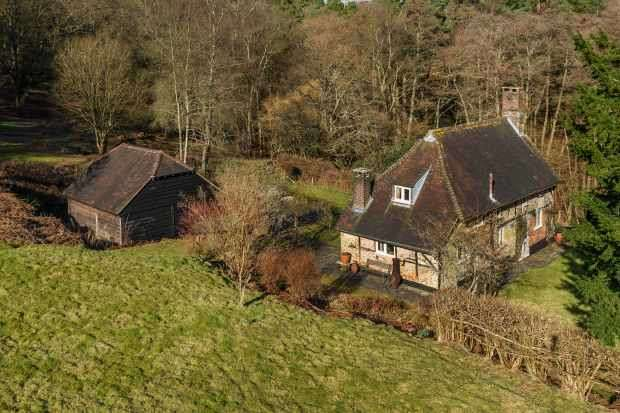 3 Bedrooms Detached House for sale in Off Tilford Road, Hindhead, Surrey, GU26 6SJ