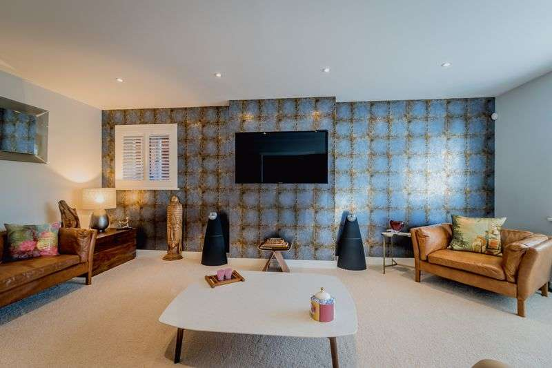 4 Bedrooms Detached House for sale in Woodcote Close, Bushey, WD23