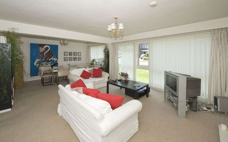2 Bedrooms Flat for sale in Pinewoods Court, Hagley