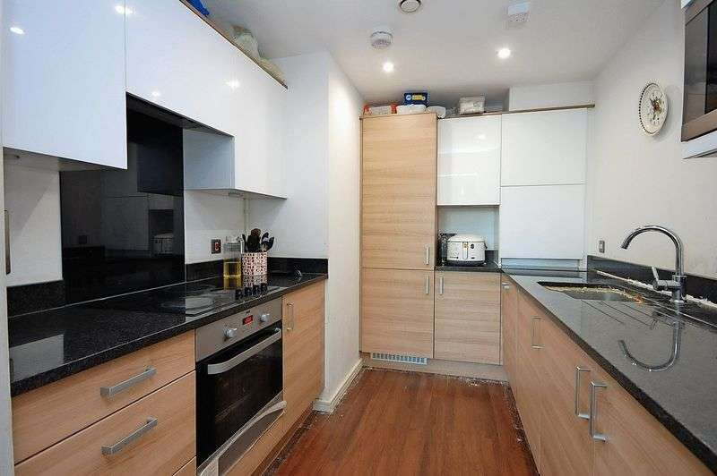 2 Bedrooms Flat for sale in Flat 2, Lark Court, NW9 5QD