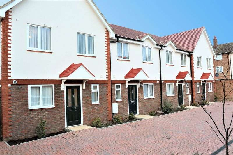 3 Bedrooms Terraced House for sale in Asten Way, Romford