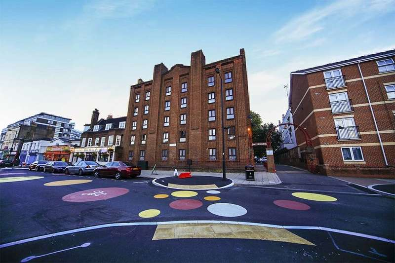 3 Bedrooms Flat for sale in New Park Road, London, SW2