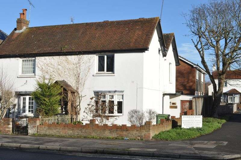 3 Bedrooms Semi Detached House for sale in Kingston Road, Leatherhead