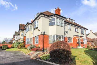 2 Bedrooms Flat for sale in Lowther Grange, Queens Road, Lytham St. Annes, Lancashire, FY8