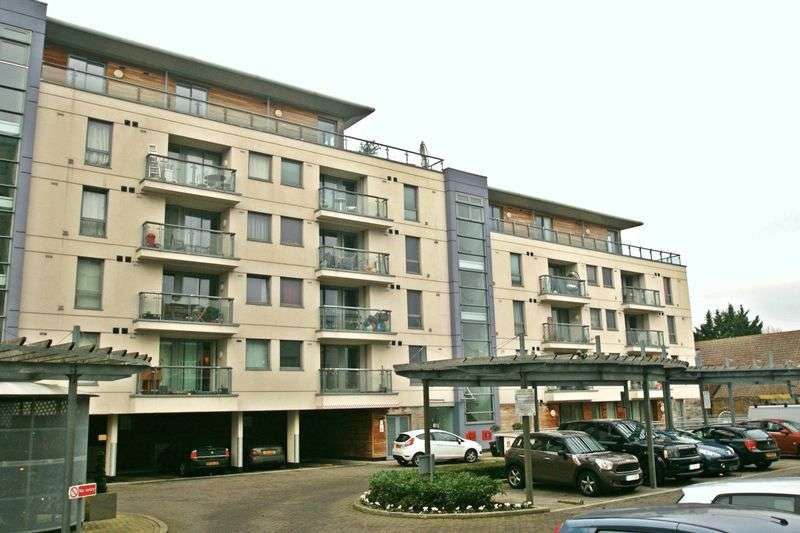 2 Bedrooms Flat for sale in Mercury Gardens, Romford