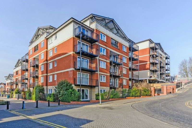 2 Bedrooms Flat for sale in Penn Place, Northway, Rickmansworth, Hertfordshire, WD3 1QQ