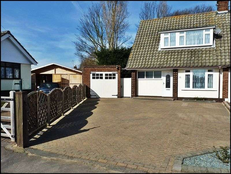 4 Bedrooms Semi Detached House for sale in Graham Close, Hockley, Essex, SS5
