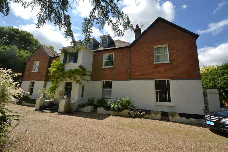 2 Bedrooms Apartment Flat for sale in Red Oaks, The Green, Theydon Bois, Epping