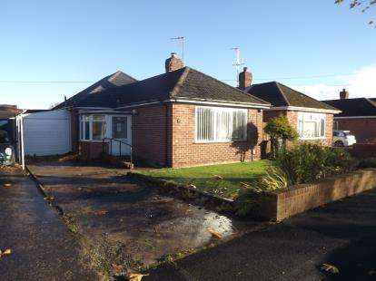 3 Bedrooms Bungalow for sale in Gleneagles Road, Great Sutton, Ellesmere Port, Cheshire, CH66