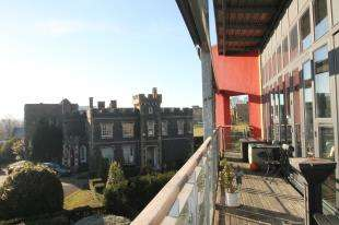 2 Bedrooms Flat for sale in Park Lane, Greenhithe, Kent