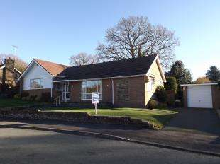 2 Bedrooms Bungalow for sale in Nightingale Close, Storrington, Pulborough, West Sussex