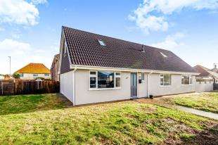 4 Bedrooms Bungalow for sale in Hoddern Avenue, Peacehaven, East Sussex, .