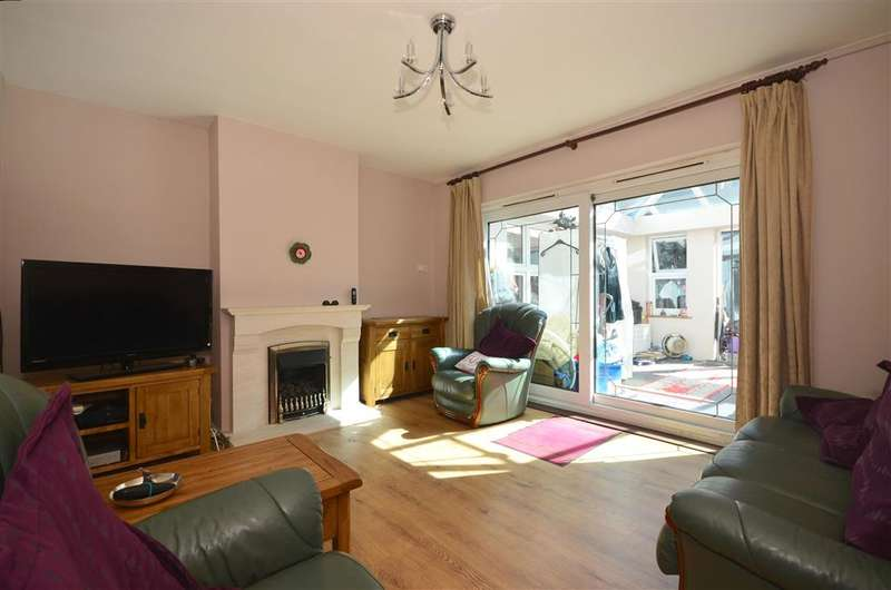 3 Bedrooms End Of Terrace House for sale in Wedlake Close, Hornchurch, Essex