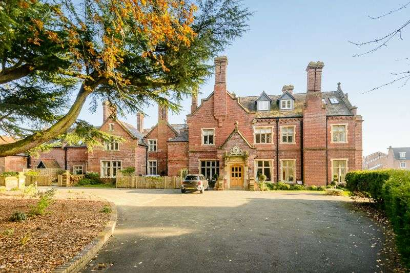 2 Bedrooms Flat for sale in Durrants House, Gloucester Court, Croxley Green, Hertfordshire, WD3 3FT