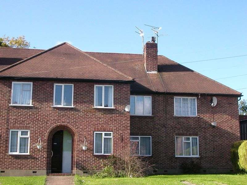 2 Bedrooms Flat for sale in Kenton Lane, Harrow Weald/Stanmore borders