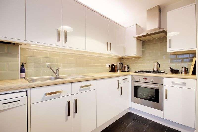 3 Bedrooms Property for sale in Hassett Road, London