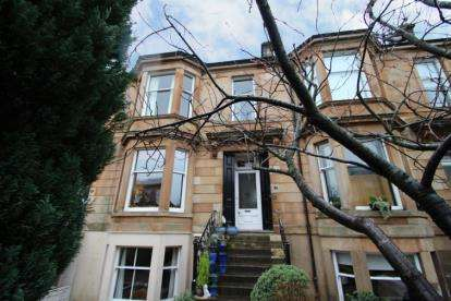 2 Bedrooms Flat for sale in Queen Square, Strathbungo, Glasgow