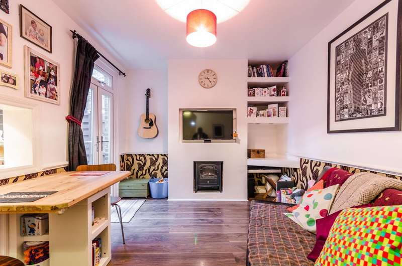 2 Bedrooms Flat for sale in Fleeming Road, Lloyd Park, E17