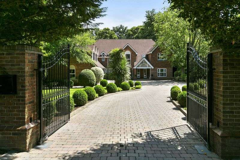 5 Bedrooms Detached House for sale in Meadway, Esher