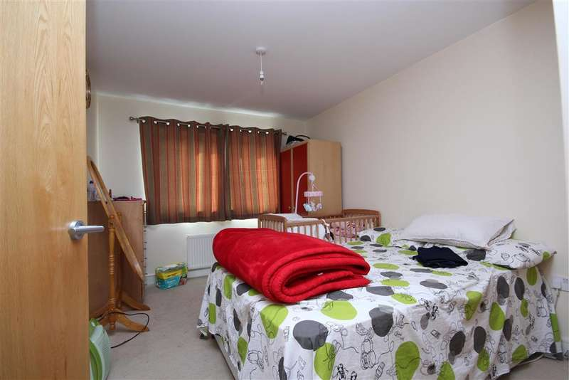 2 Bedrooms Apartment Flat for sale in Perrymans Farm Road, Newbury Park, Ilford, Essex