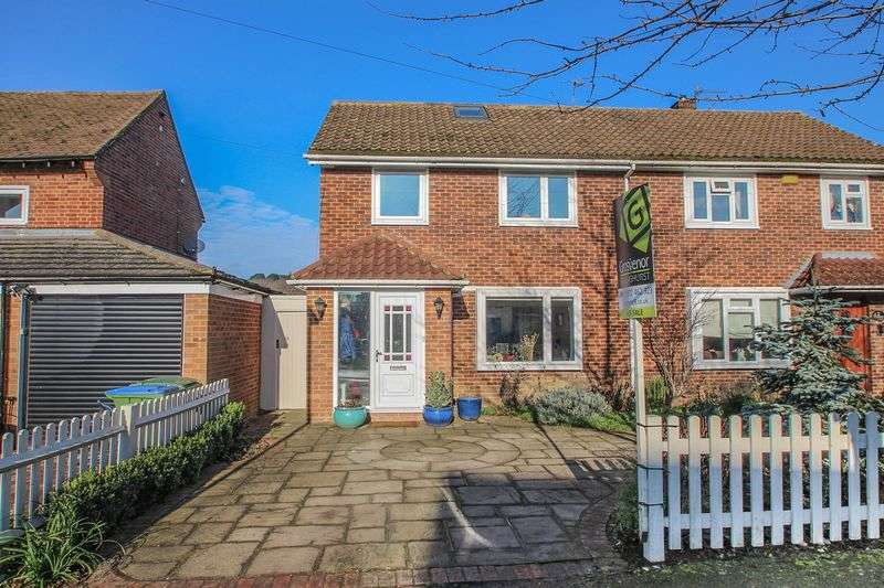 3 Bedrooms Semi Detached House for sale in The Roundway, Claygate