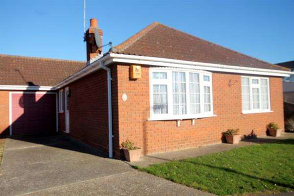 3 Bedrooms Bungalow for sale in Greenview Park, Great Clacton